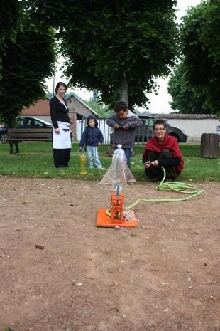 fusée à eau faite par Gabriel, Lou et juliette