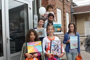 Les gagnantes du concours dessin de l'école des Baux-Ste-Croix avec Lou kévin et Cloé de La fabrica quoi?
