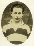 """Kevin Barry, Sinn Feiner Auteur : Agence Rol. Date d'édition : 1920 Archives BNF Kevin Barry était un étudiant en médecine qui avait participé au coup de main du dimanche 21 novembre 1920, au cours duquel """"les douze apôtres"""", un commando de l'IRA dirigé par Mick Collins, abat à Dublin quatorze agents du M.I.6. (contre-espionnage britannique). En représaille, le même dimanche, des auxilliaires """"Black & Tan"""" investissent le stade de Croke Park et tirent sur les spectateurs pendant un match de football. On relèvera douze tués, et près d'une centaine de blessés."""
