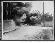 En Irlande, les soldats font sauter un arbre qui avait été abattu par les Sinn Feiners Auteur : Agence Rol Date d'édition : 1921 Archives BNF