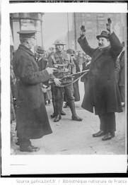 La guerre civile en Irlande , passant arrêté et fouillé par un policeman : Auteur : Agence Rol. Date d'édition : 1922 Archives BNF