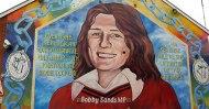 """Bobby Sands : Commandant des prisonniers de Long Kesh il entame sa grève de la faim le premier Mars 1981. Le 10 Avril, il est élu député (M.P., """"Member of the Parliament"""" ou Membre du Parlement) de Fermanagh-South Tyrone, et devrait donc siéger à Westminster. Cette élection fera vaciller la confiance que la classe politique britannique a dans la politique de répression menée par Margaret Thatcher. En effet, les Républicains, pour la première fois, n'apparaissent plus comme une nuisance, mais comme un mouvement politique qui a l'appui de la population! Bobby Sands ne siègera jamais... Il décèdera à Long Kesh le 5 Mai 1981"""