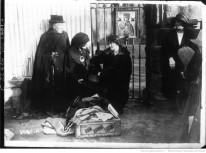 La soeur de Mme Marc Swiney, faisant la grêve de la faim devant la prison Auteur : Agence de presse Meurisse. Éditeur : diff. par l'Agence Meurisse (Paris) Date d'édition : 1922 Archives BNF