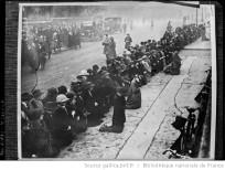 Exécution du jeune Sinn Feiner Kevin Barry [ femmes priant dans une rue] : Auteur : Agence Rol. Date d'édition : 1920 Archives BNF