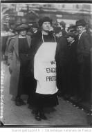 La fille de lord Buckmaster [Margaret Buckmaster] prend part à un défilé de manifestation contre les représailles en Irlande (C. News) Auteur : Agence Rol. Date d'édition : 1920 Archives BNF