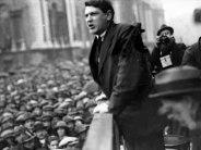 Michael Collins fut l'un des artisans de l'insurrection de 1916, l'un des membres du bureau du Sinn Fein en 1917 et 1918, Commandant de l'IRA en 1919, porte-parole du gouvernement d'Irlande Libre en 1922, et, la même année, Commandant en chef de l'armée d'Irlande Libre. Il a été assassiné le 22 Aout 1922 vers huit heures du matin, dans des circonstances troubles qui n'ont jamais permis de savoir ni qui a tiré, ni qui a commandité l'assassinat.