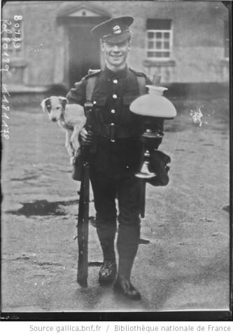 Soldat anglais quittant l' Irlande Auteur : Agence Rol. Date d'édition : 1922 Archives BNF