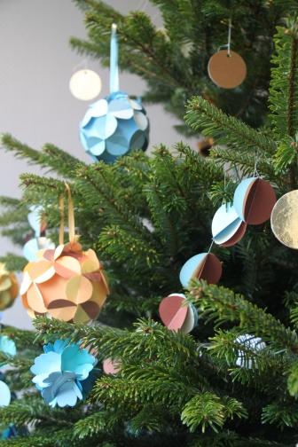 sapin décoré papier et recyclage
