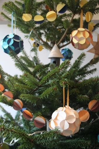 Sapin de Noel décoration papier et recyclage